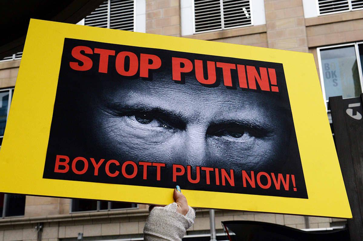 Mielenosoittajat vastustivat Vladimir Putinin Australian-vierailua Suydneyssa 19. heinäkuuta. Putin on saapumassa maahan lokakuussa järjestettävän G20-kokouksen merkeissä.