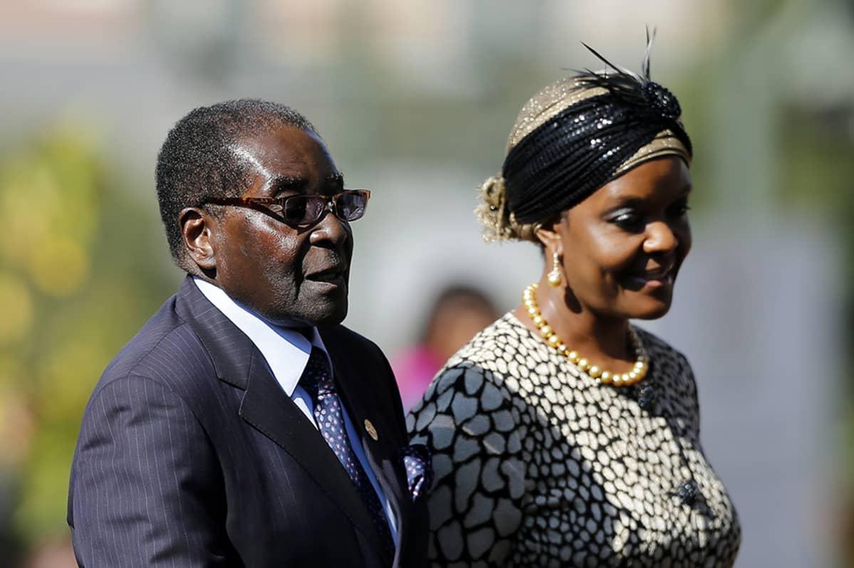 Zimbabwen presidentti Robert Mugabe kuvattuna yhdessä vaimonsa, Grace Mugaben kanssa 24. toukokuuta 2014.