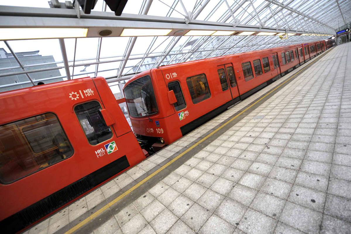 Metrojuna Vuosaaren asemalla Helsingissä