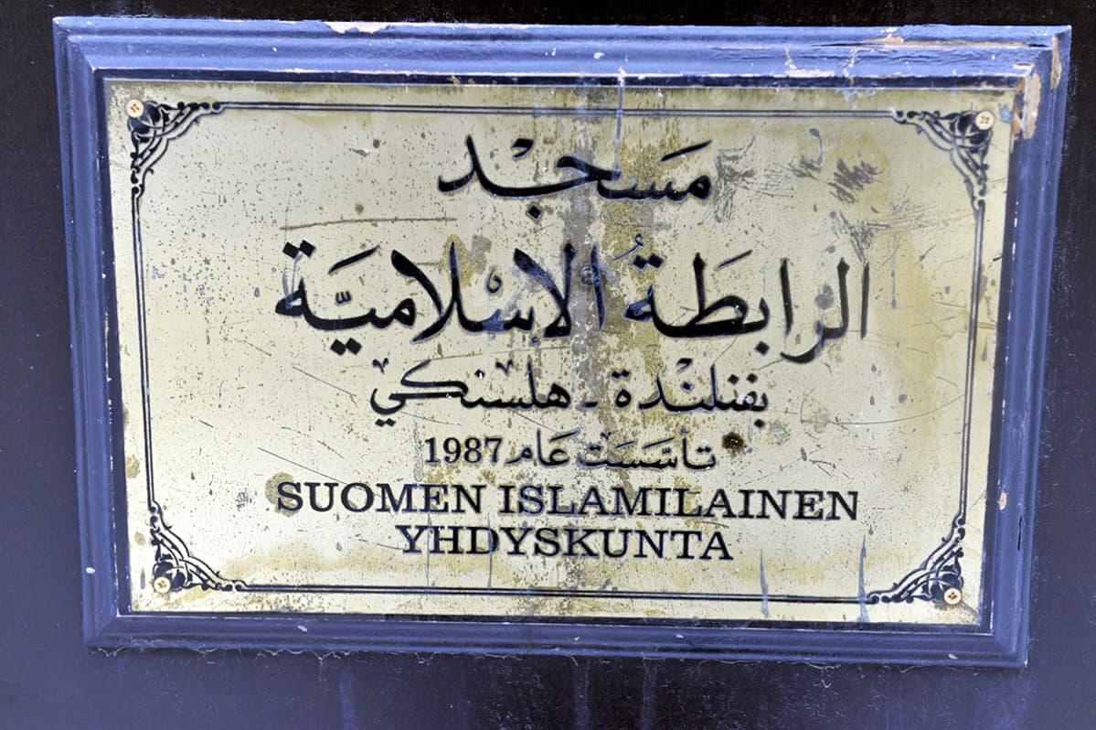 Suomen islamilainen yhdyskunta kyltti seinässä