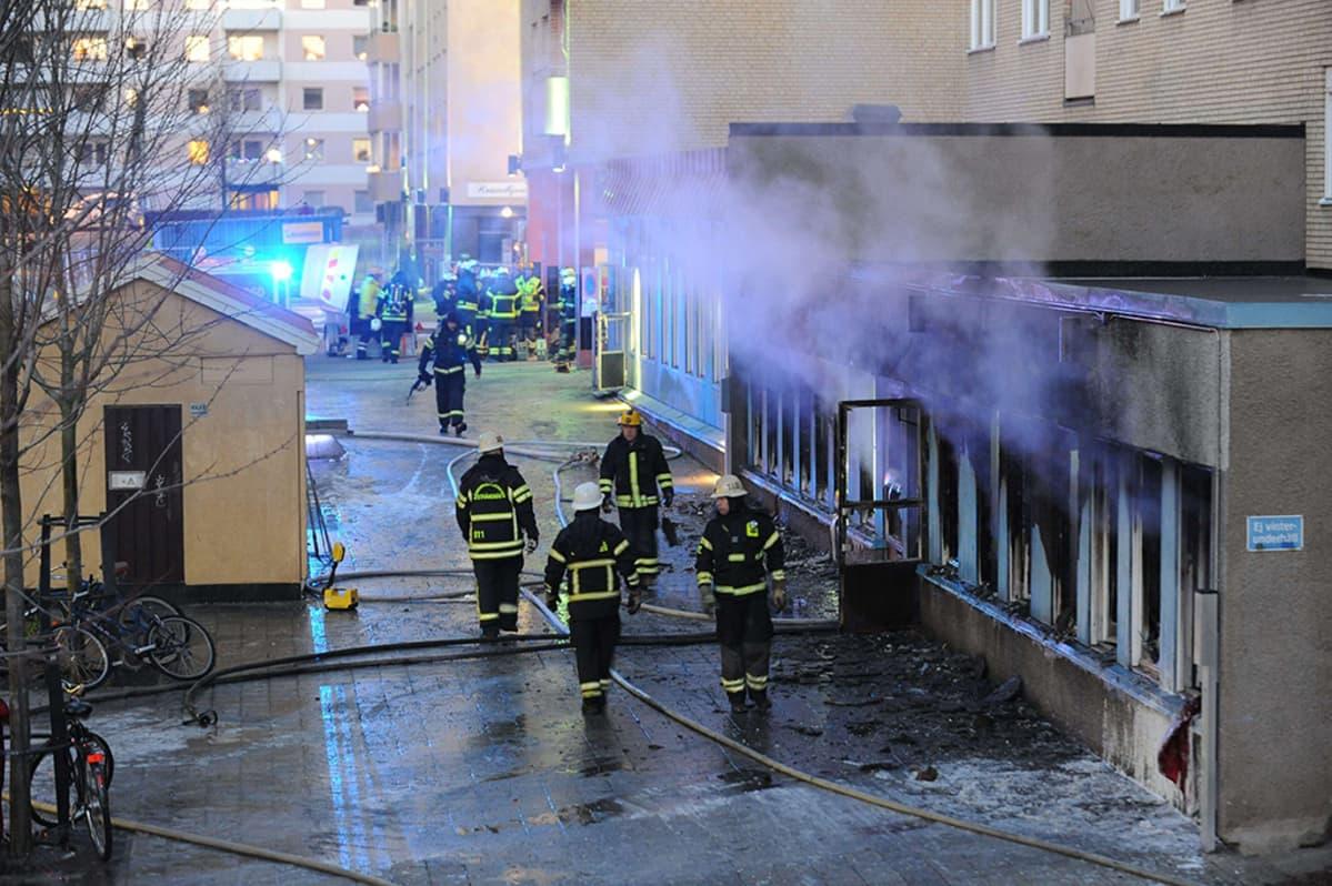 Palolaitos sammuttamassa Eskilstunan moskeijan tulipaloa 25. joulukuuta.