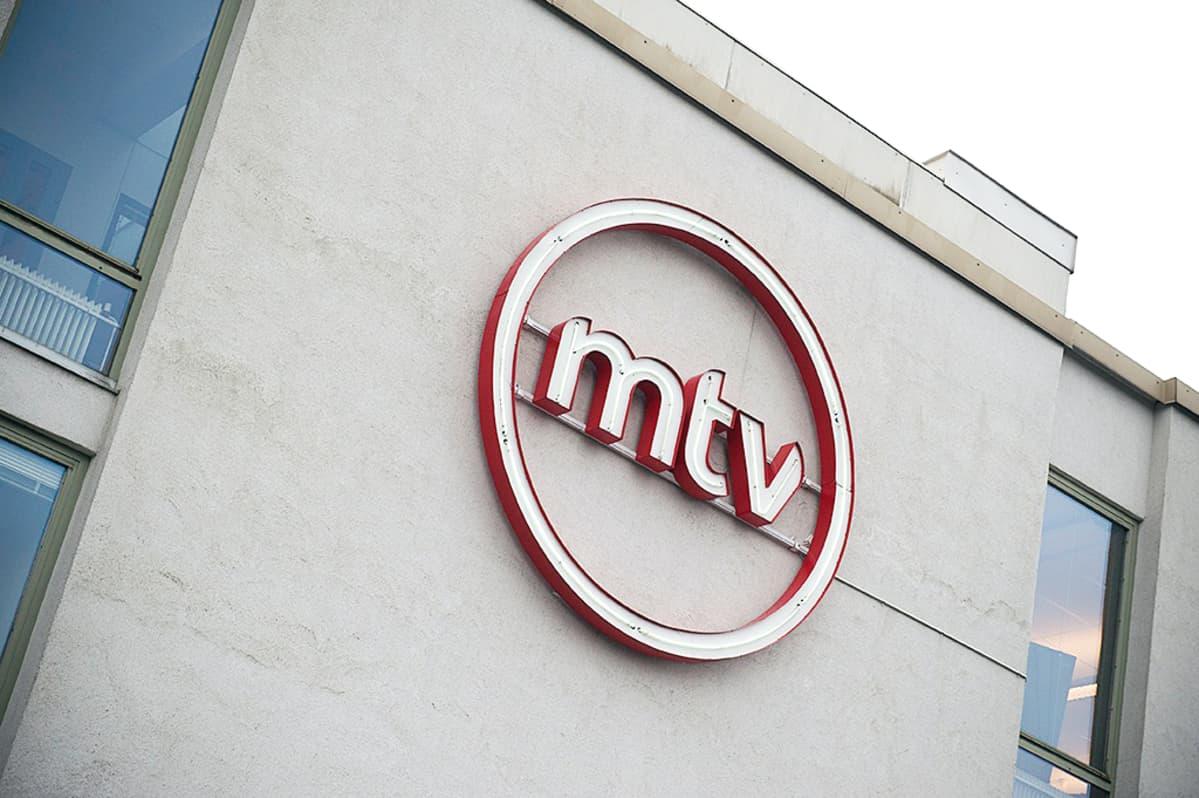 MTV:n logo betonisen konttorin ulkoseinässä Pasilassa.