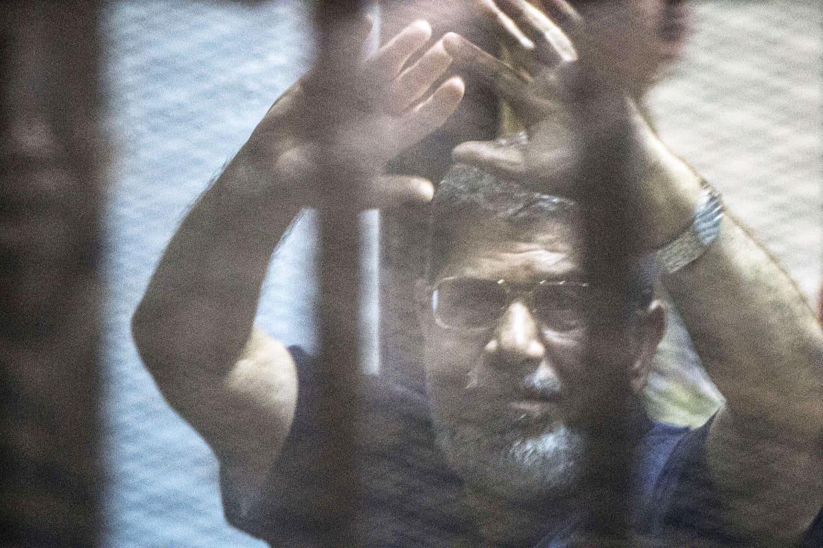 Valokuvassa Egyptin entinen presidentti Mohamed Mursi kuuntelee tuomionsa luentaa Kairossa 16. toukokuuta.