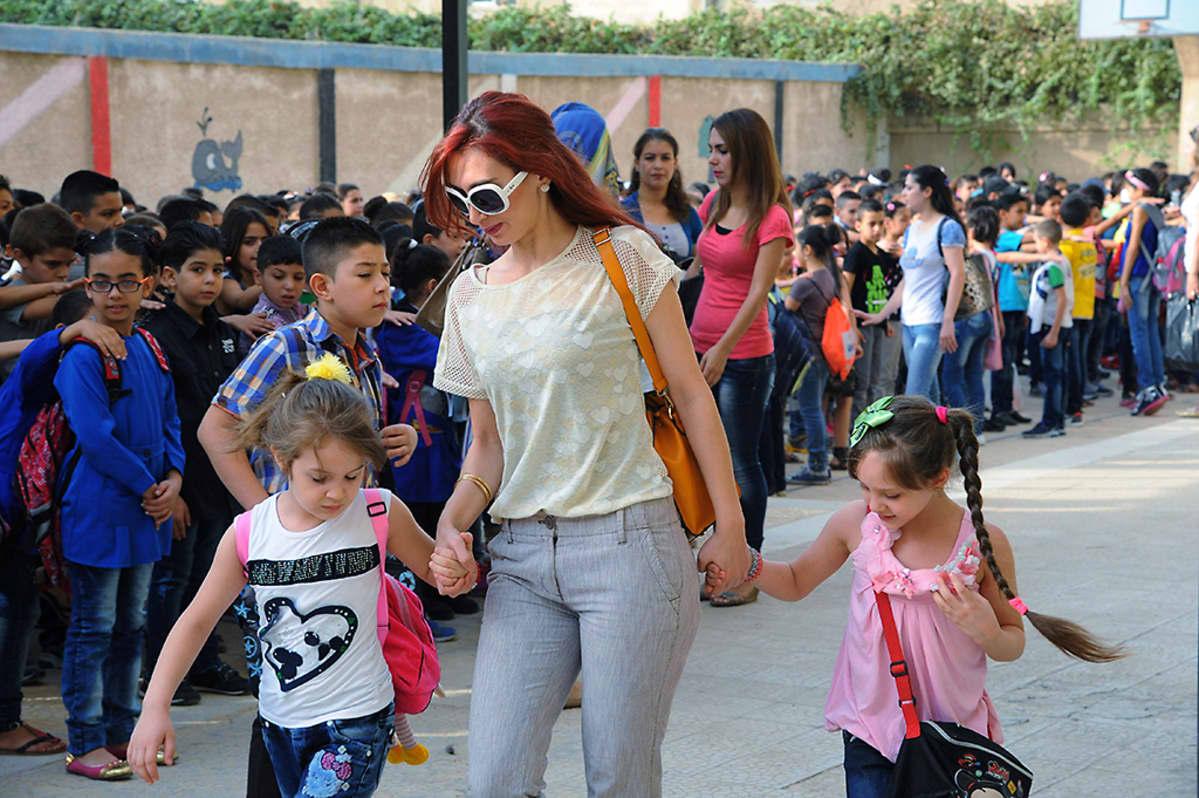 Koulu alkoi Damaskoksessa 13. syyskuuta. Kaksi tyttöä saapui yhdessä äidin kanssa kouluun.