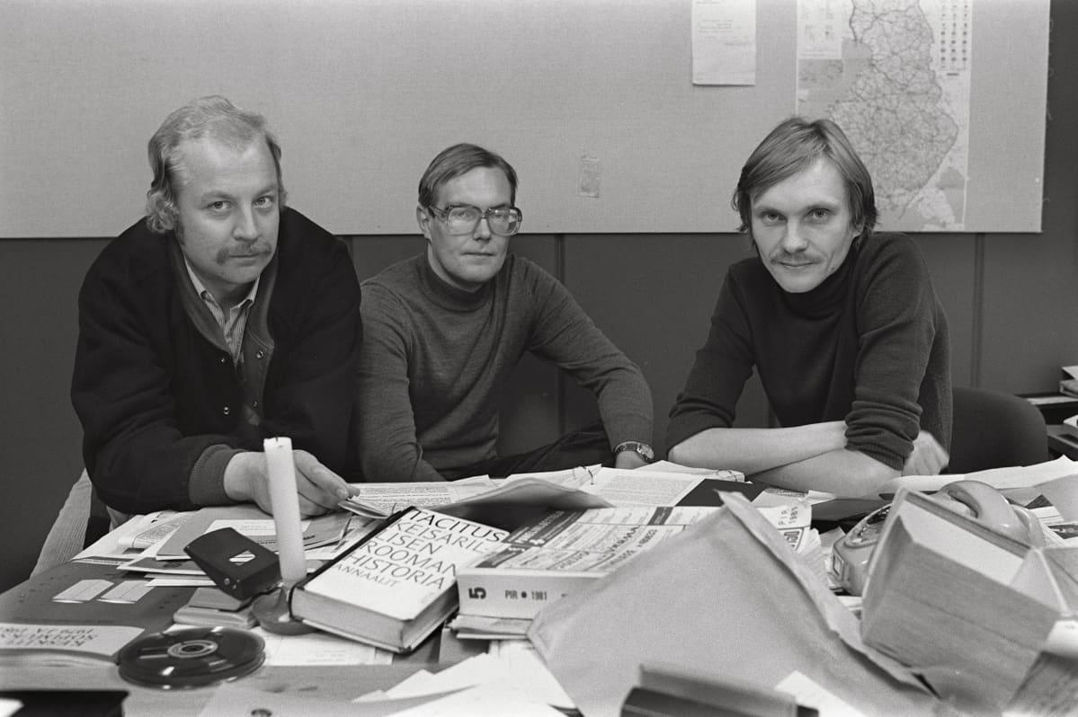 """Kova kolmikko Erkki Saksa, Eero Ojanperä ja Vesa Toijonen pöllytti luutuneita kuvioita 80-luvun alussa. TV2:n johto asetti heidän ohjelmansa """"Uurnilla tavataan"""" uusintakieltoon."""