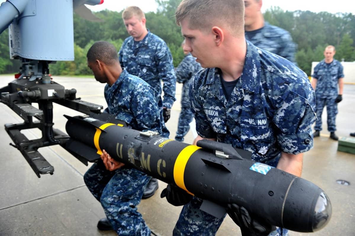 Yhdysvaltain laivaston sotilaat kiinnittävät Hellfire-ohjusta Sea Hawk -helikopteriin sotaharjoitusten aikana Norfolkin tukikohdassa.