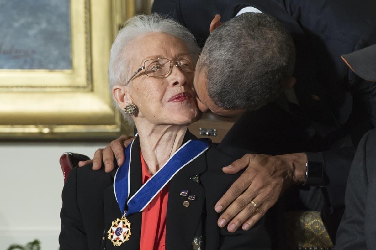Yhdysvaltain presidentti Barack Obama myönsi Katherine Johnsonille mitalin kiitokseksi hänen urastaan.