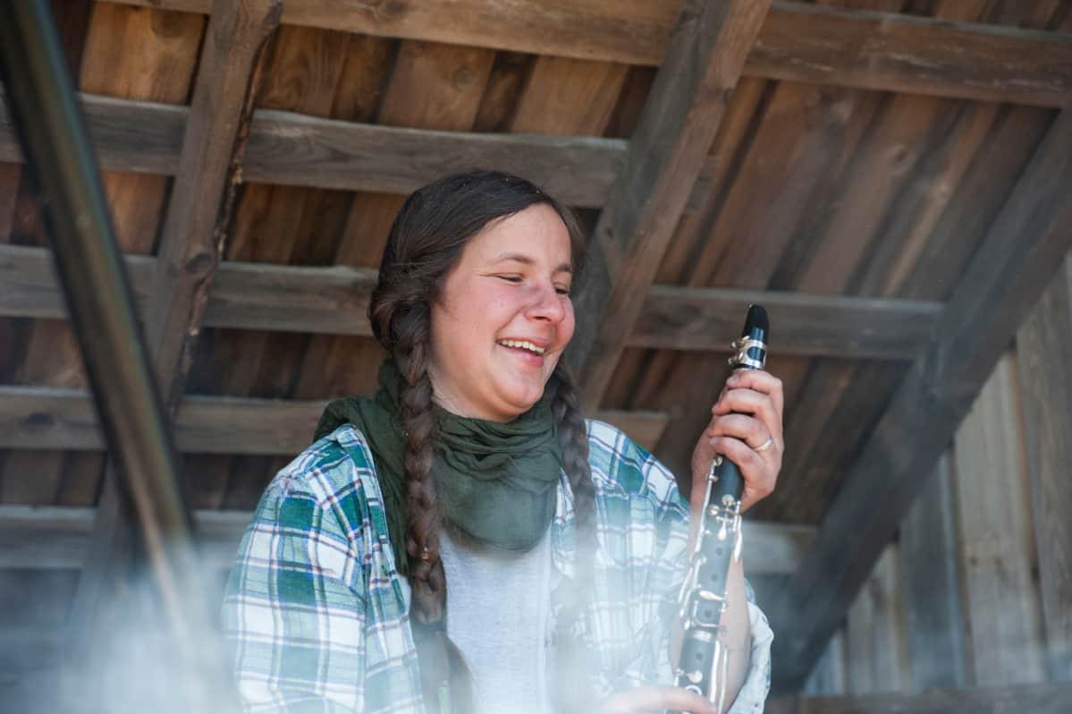 Charlotte kokoaa klarinettia.