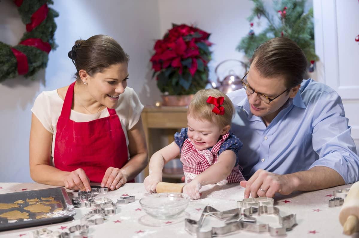 Victoria, Estelle ja Daniel leipovat. Estelle kaulii taikinaa.