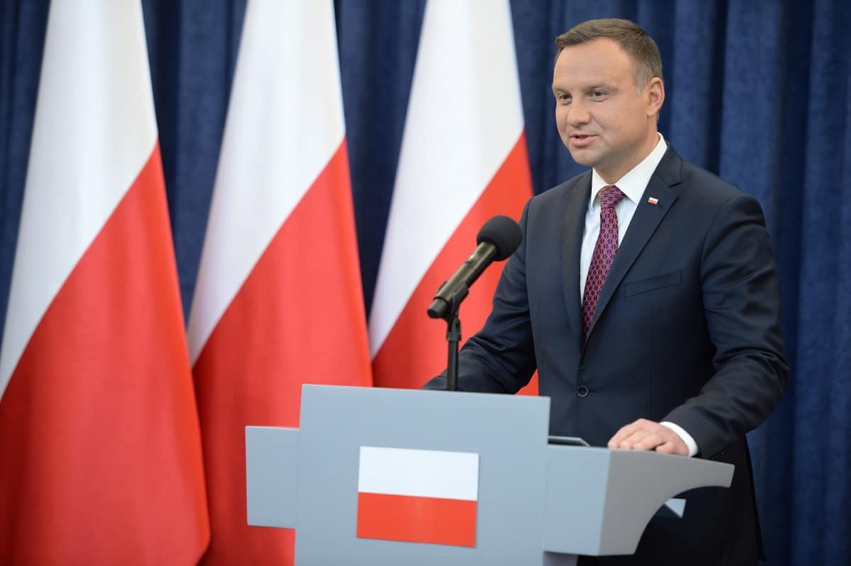 Andrzej Duda puhujanpöntössä.