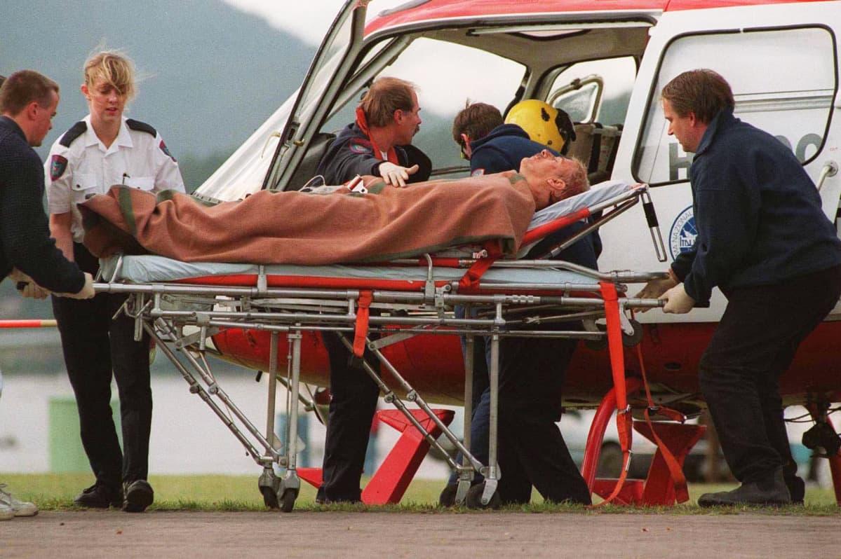 Ammuskelun uhria nostetaan ambulanssihelikopteriin.