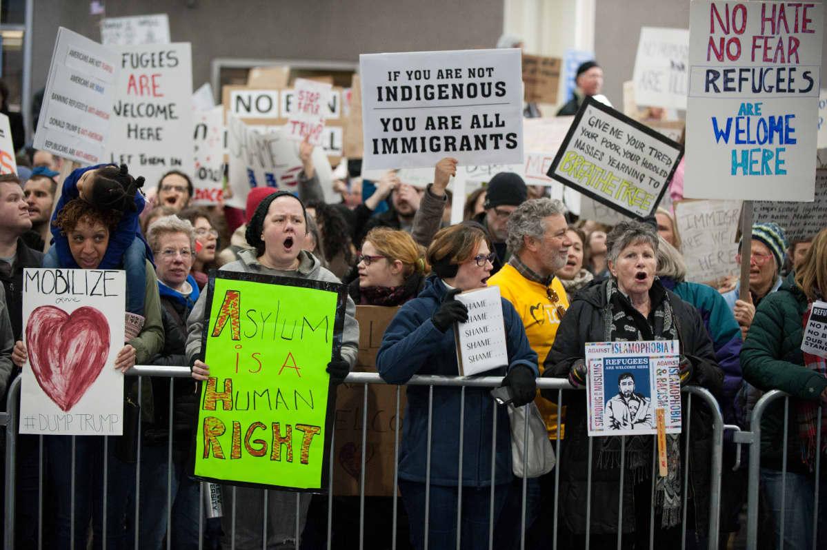 Mielenosoittajat vastustivat tammikuussa presidentti Donald Trumpin määräämää maahantulokieltoa Philadelphian kansainvälisellä lentoasemalle.