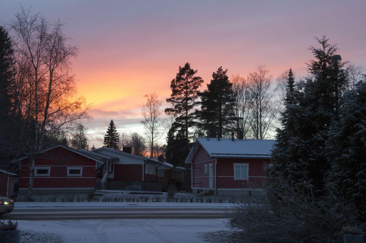 Joulukuun iltarusko Hämevaarassa, Vantaalla 12.12.2016.