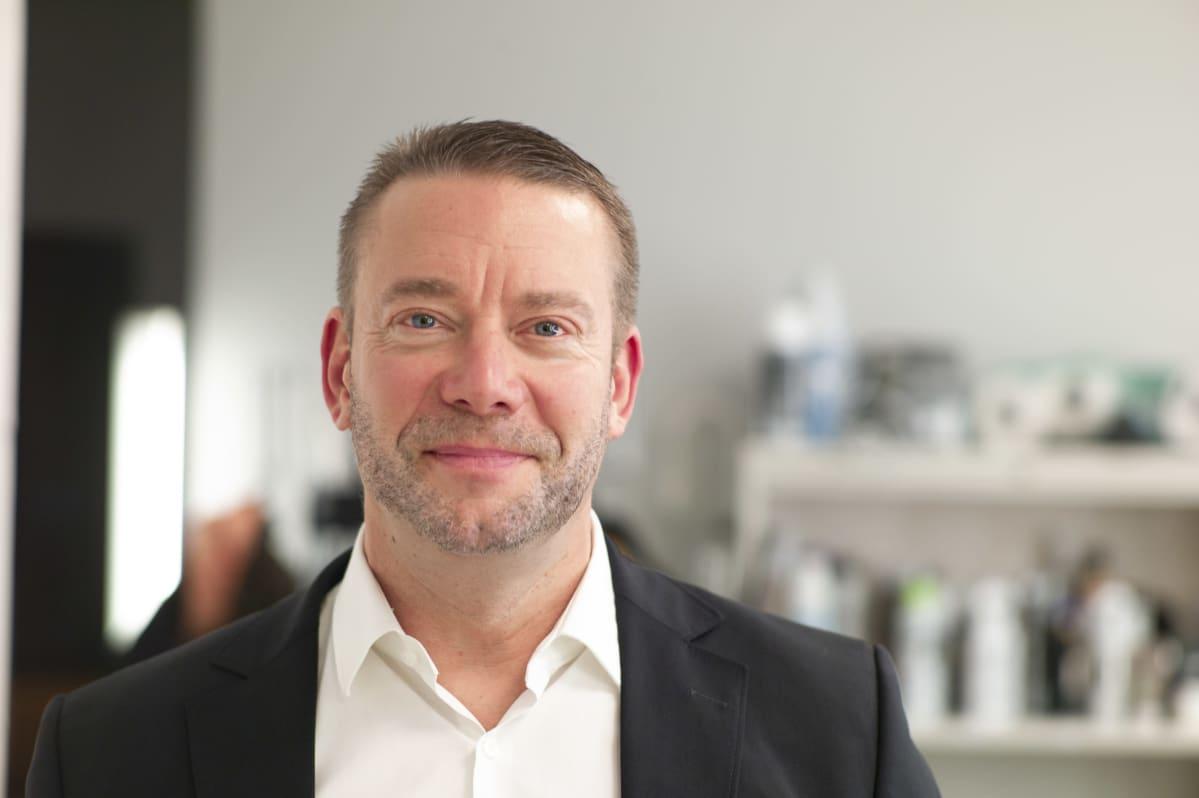 Stefan Wallin innan Svenska Yles valstudio.