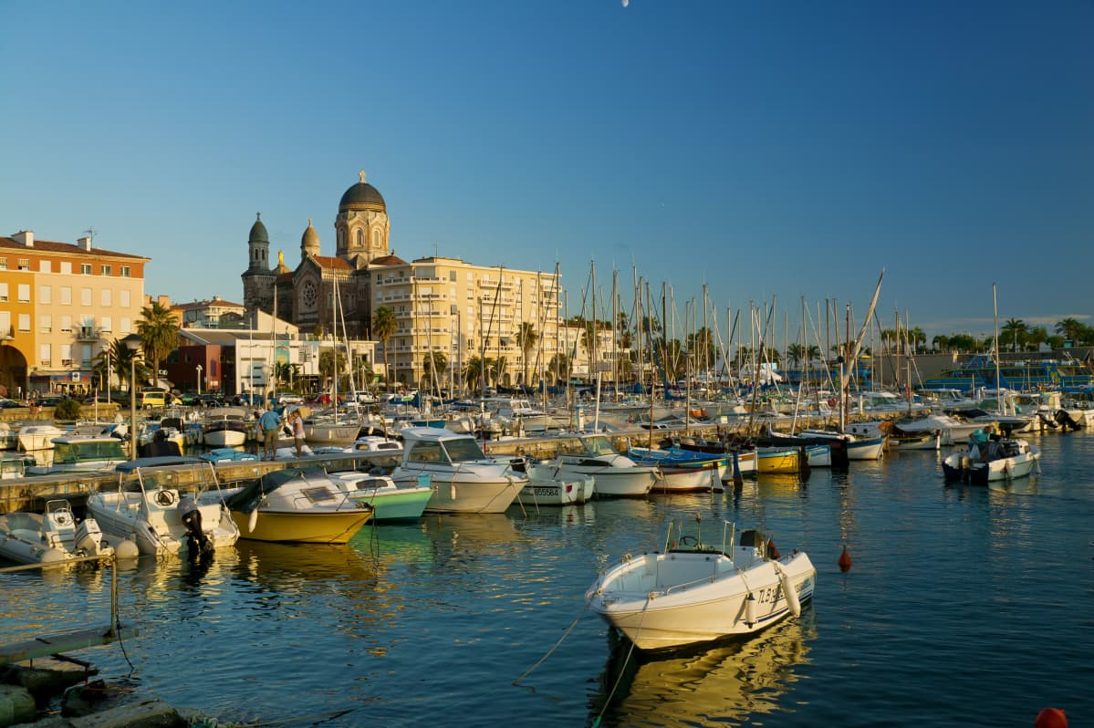Kaupunkinäkymä Saint-Raphaelista. Etualalla satama.