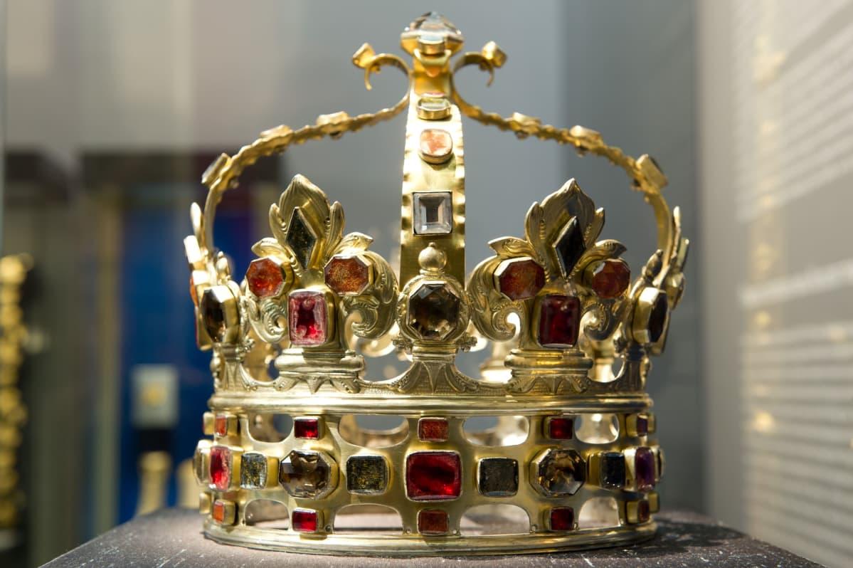 August II Väkevän kruunu vuodelta 1697 kuvattu näyttelyssä vuonna 2013.