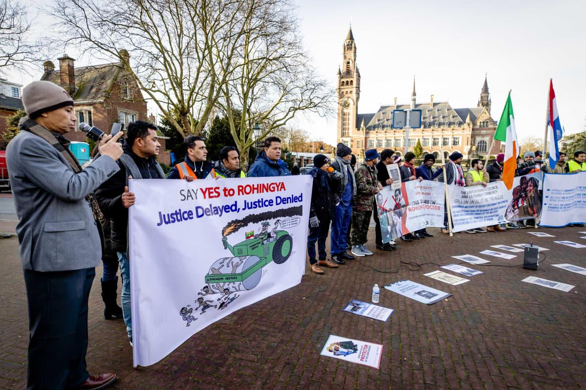 Joukko mielenosoittajia kansainvälisen tuomioistuimen edustalla Haagissa.