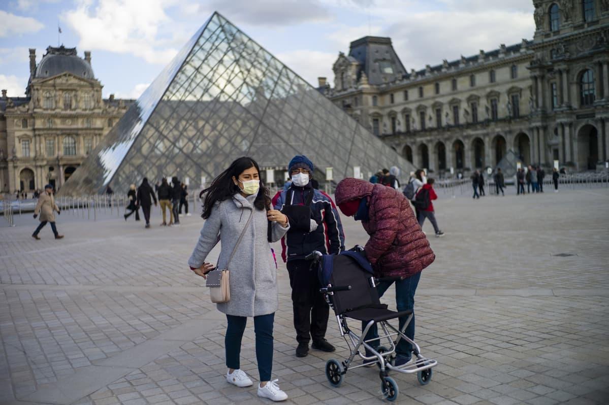 Louvren taidemuseon edustalla oli hiljaista perjantaina Pariisissa.