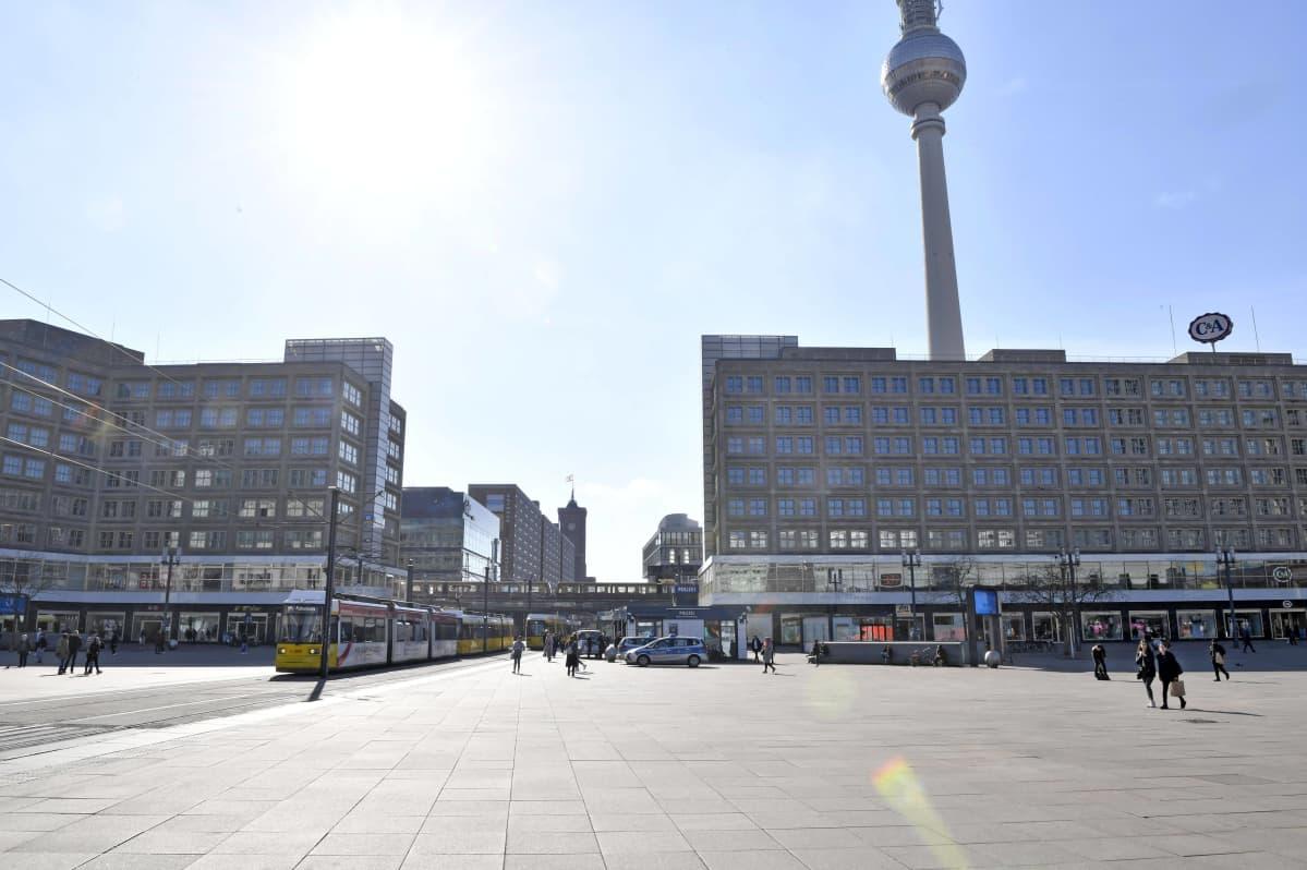 Koronaviruksen takia tyhjentynyt Berliinin Alexanderplatz