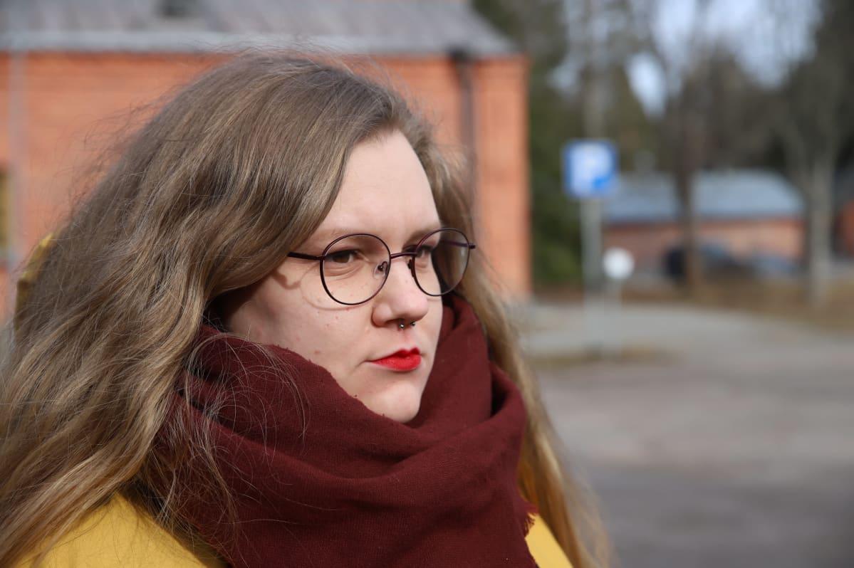 Laura Tammela katsoo kaukaisuuteen.