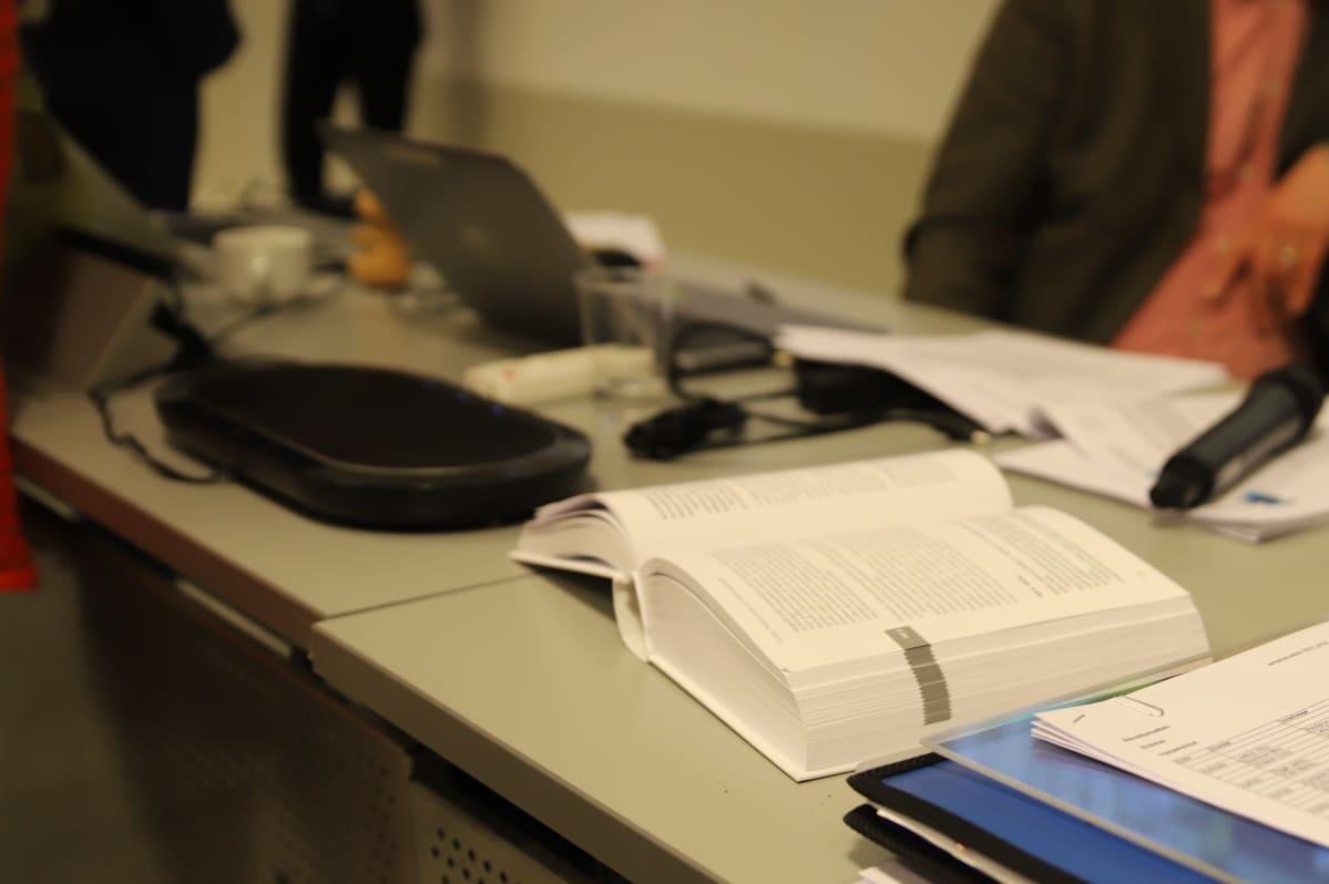 Lakikirja pöydällä