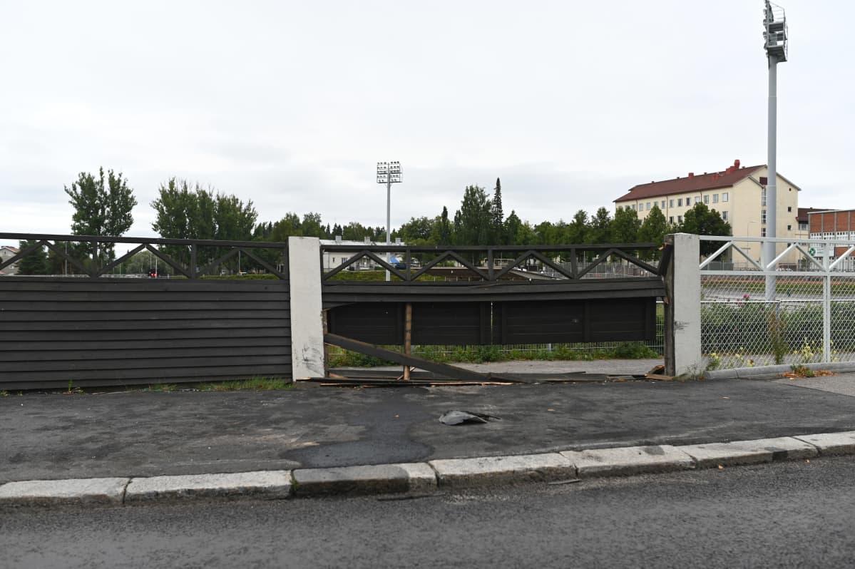 Henkilöauto törmäsi urheilupuiston aitaan Mikkelin Raatihuoneenkadulla sunnuntain ja maanantain välisenä yönä.