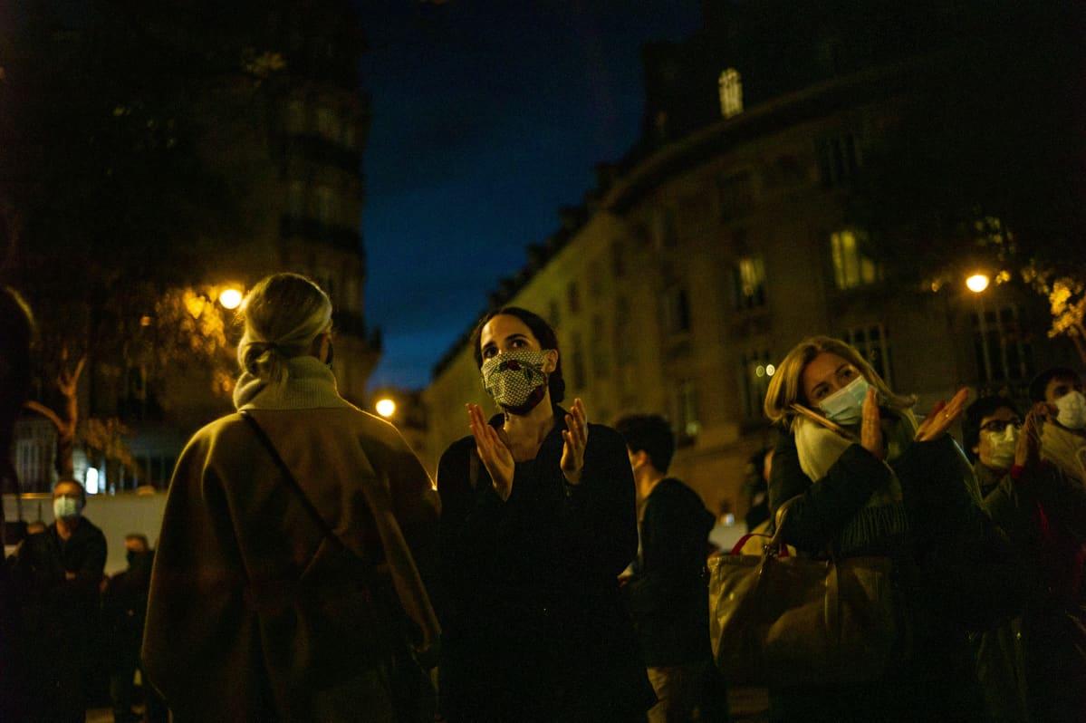 Ihmiset kokoontuivat kunnioittamaan Samuel Patyn muistoa Pariisissa 21.10.2020.