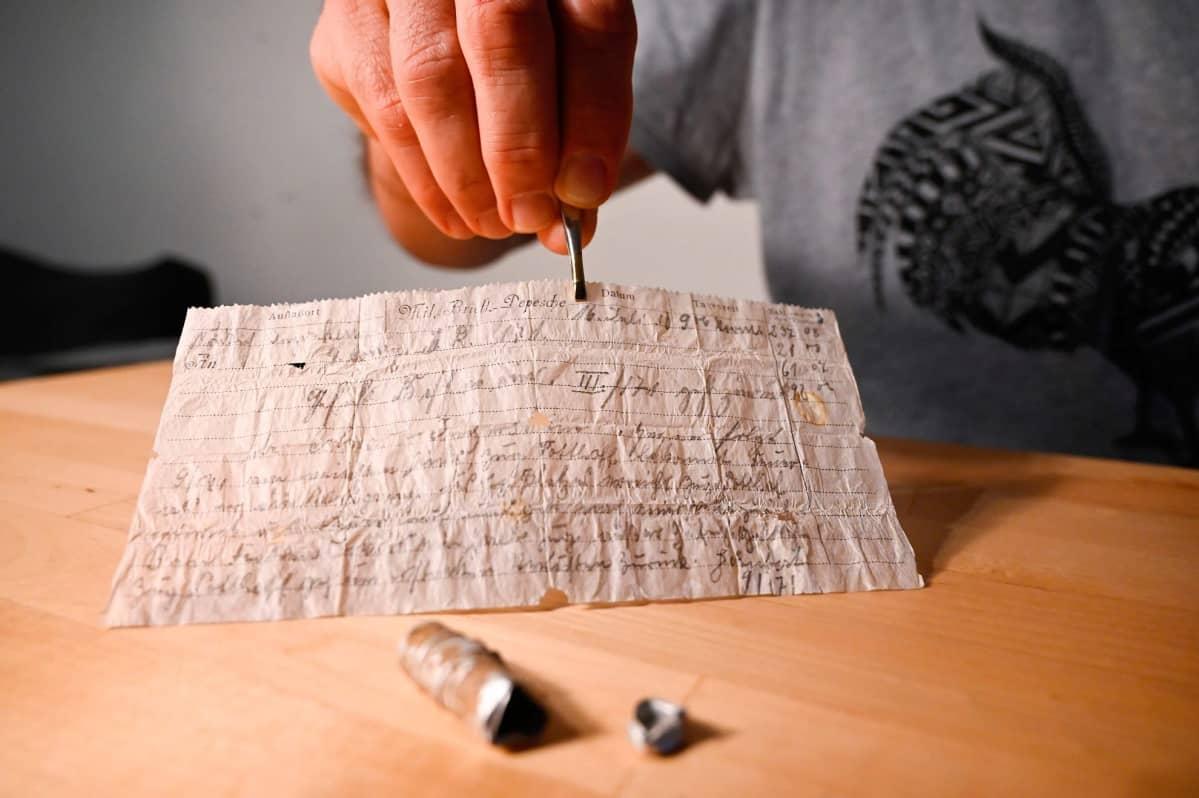 Kuvan etualalla olevan alumiinkapselin sisällä ollut viestilappunen on säilynyt häkellyttävän hyvin yli sadan vuoden ajan.