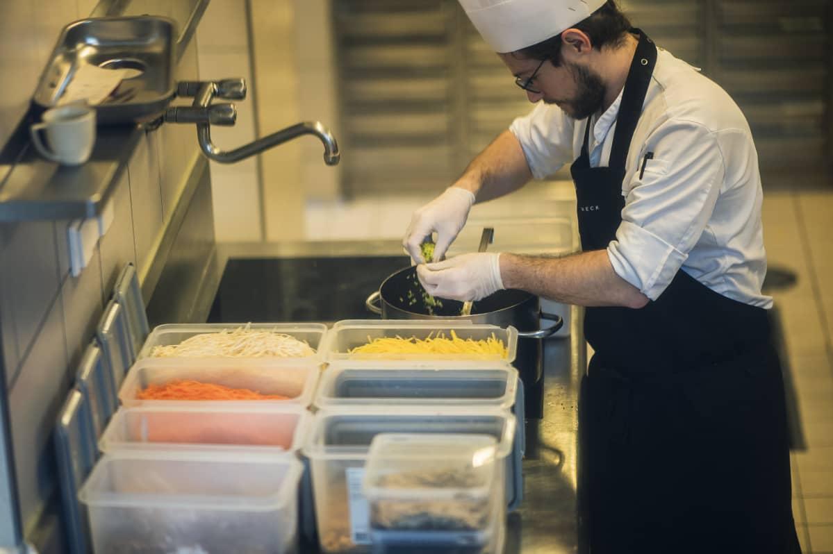 Kokki valmistelee keittoa itävaltalaisessa ravintolassa. Ravintoloissa, ruokaloissa ja baareissa ruoasta keskimäärin viisi prosenttia menee hävikkiin.