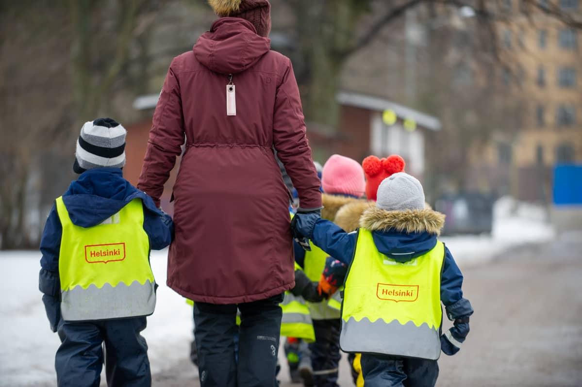 Päiväkodin lapset kävelyllä. 25.3.2021