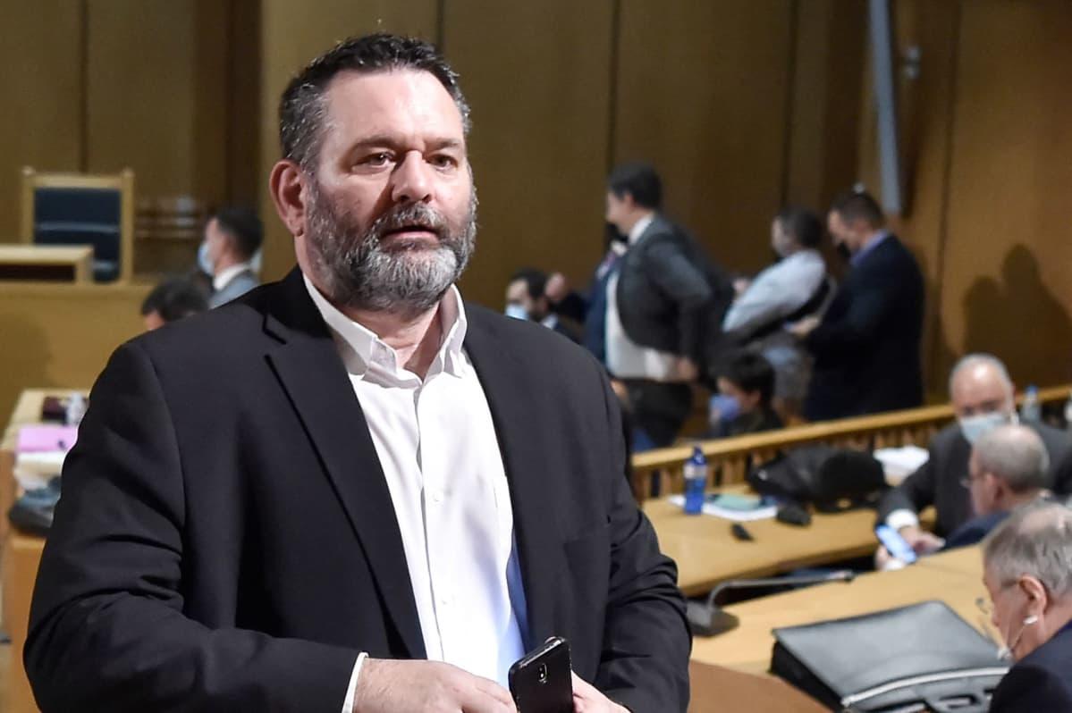Europarlamentaarikko Ioannis Lagos oikeussalissa Kreikassa.