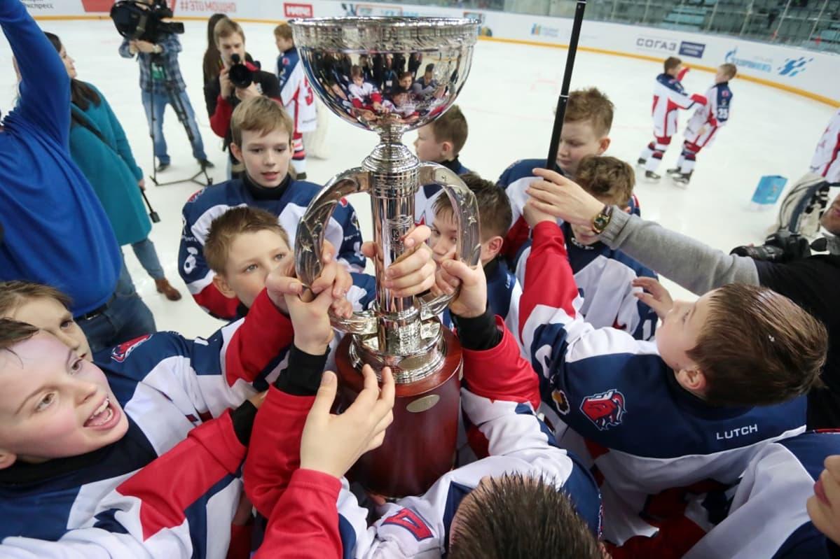 Jääkiekon harrastaminen maksoi vuoden 2012 tutkimuksen mukaan 11-14-vuotialle  kilpapelaajille keskimäärin 7 431 euroa vuodessa. 902c486bce