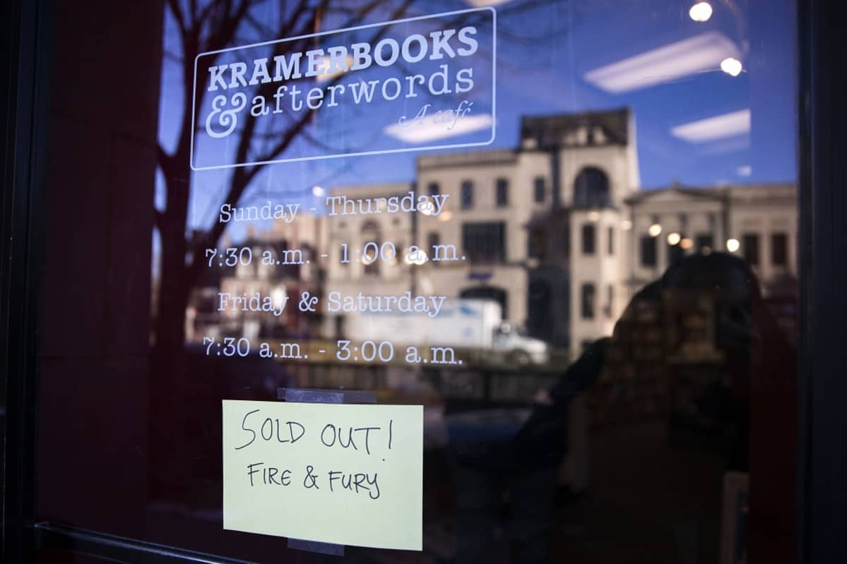 "Kirjakaupan näyteikkuna, jossa lappu ""SOLD OUT! Fire & fury""."