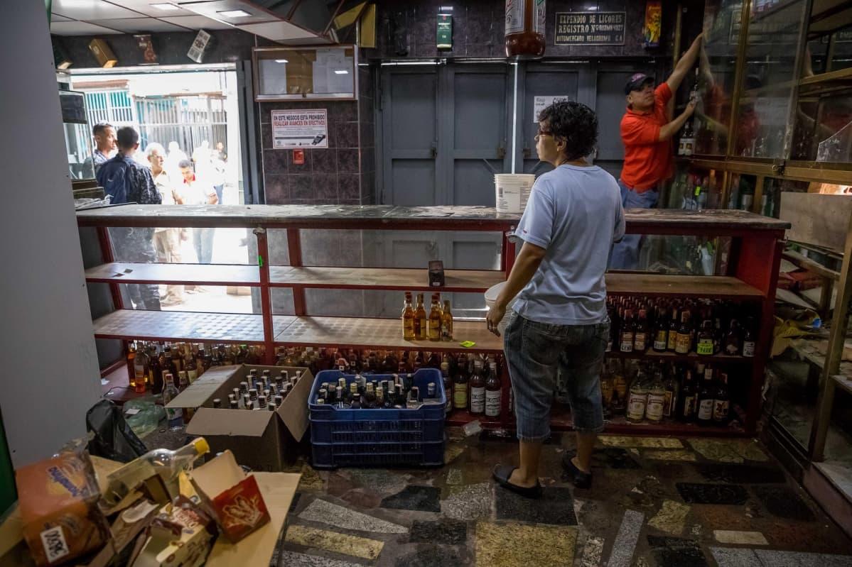 Ryöstön kohteeksi joutunut viinakauppa Caracasissa joulukuussa 2017. Hyllyt ovat tyhjiä.