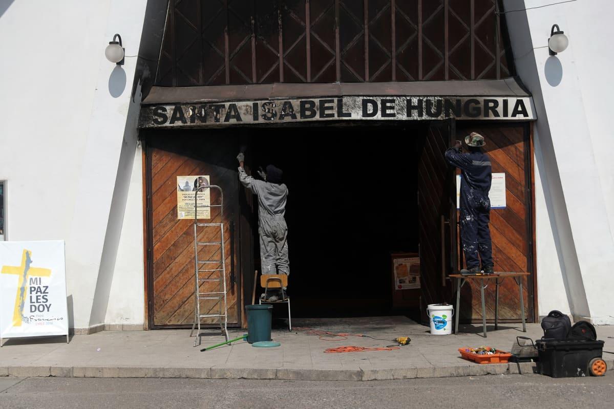 Elisabet Pyhän kirkon palovahinkoja kärsinyt ovi Chilen pääkaupungissa Santiagossa.