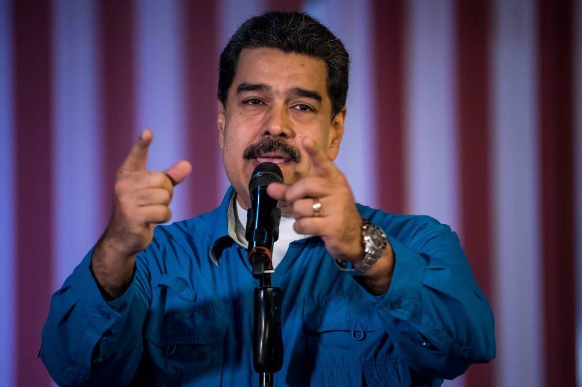 Venezuelan presidentti Nicolas Maduro puhuu ja elehtii käsien avulla.