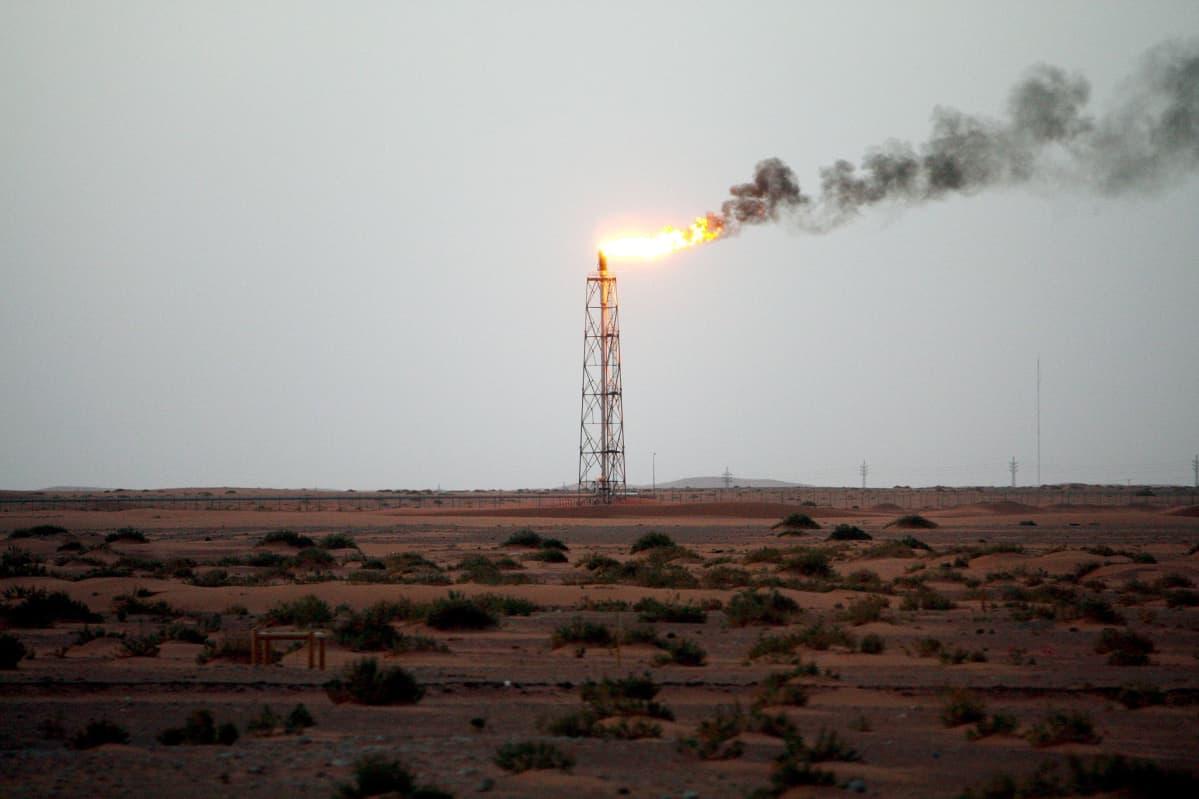 Öljytorni Khuraisin tuotantoalueella Saudi-Arabiassa.
