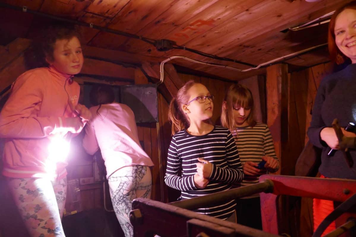 Lapset Raatihuoneen tornissa.