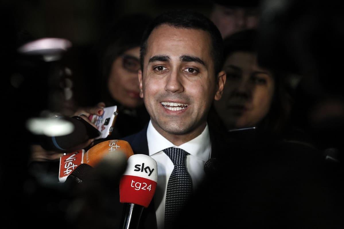 Luigi Di Maio puhuu toimittajille.
