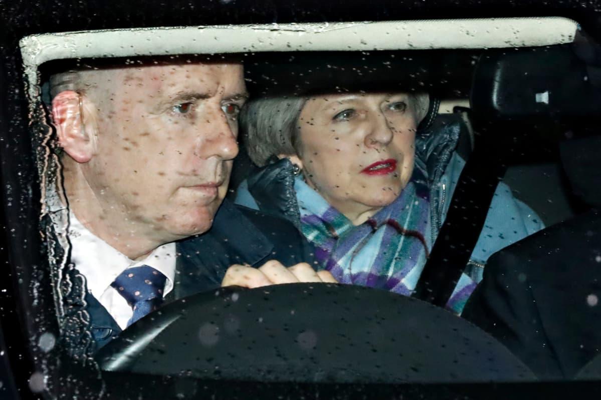Theresa May lähdössä parlamentista äänestysten jälkeen.