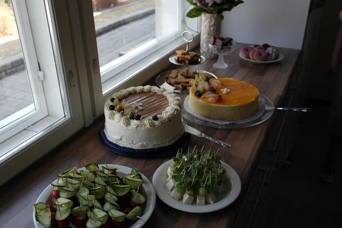 Juhliin kannattaa varata suolaista ja makeaa tarjottavaa.