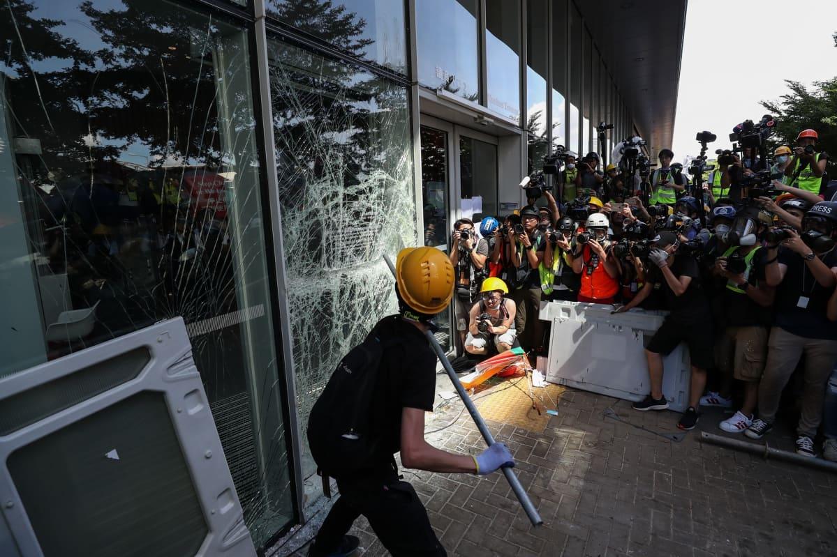 Mielenosoittajat rikkoivat ikkunoita Hongkongissa.