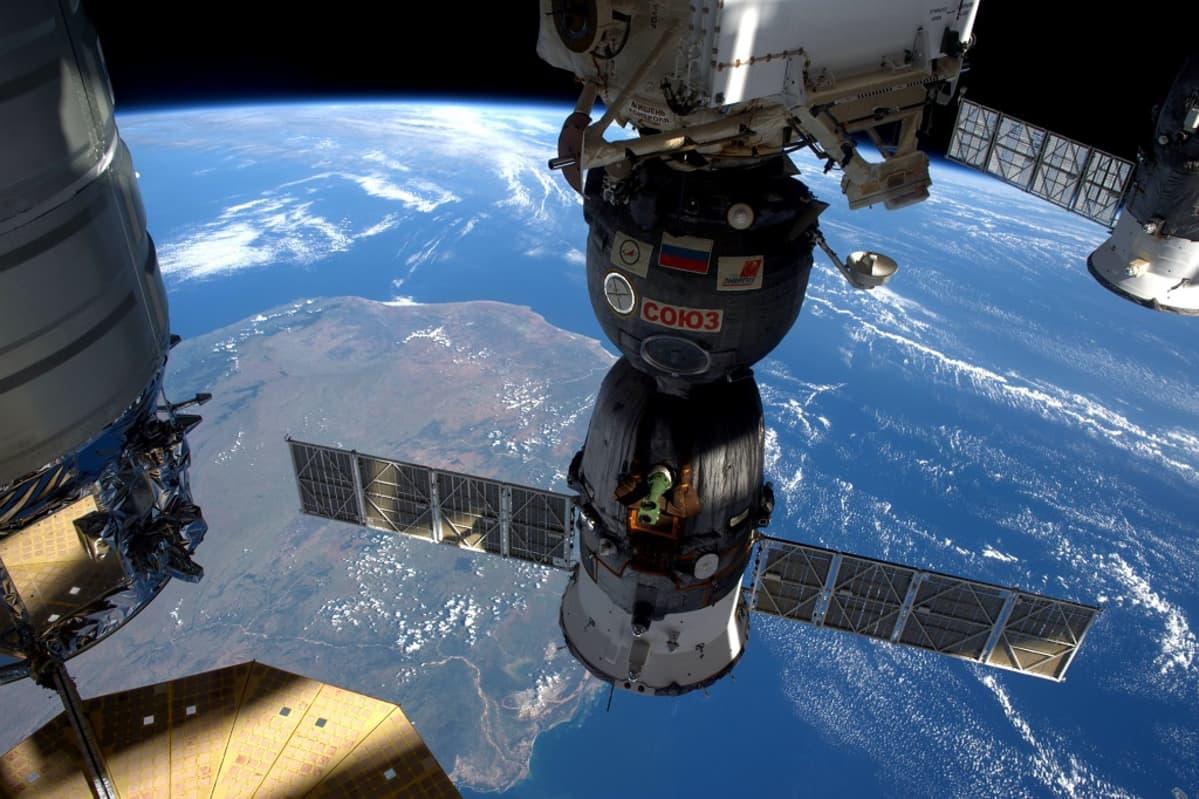 ISS:stä kohti Maata otetussa kuvassa keskellä Sojuz-alus.