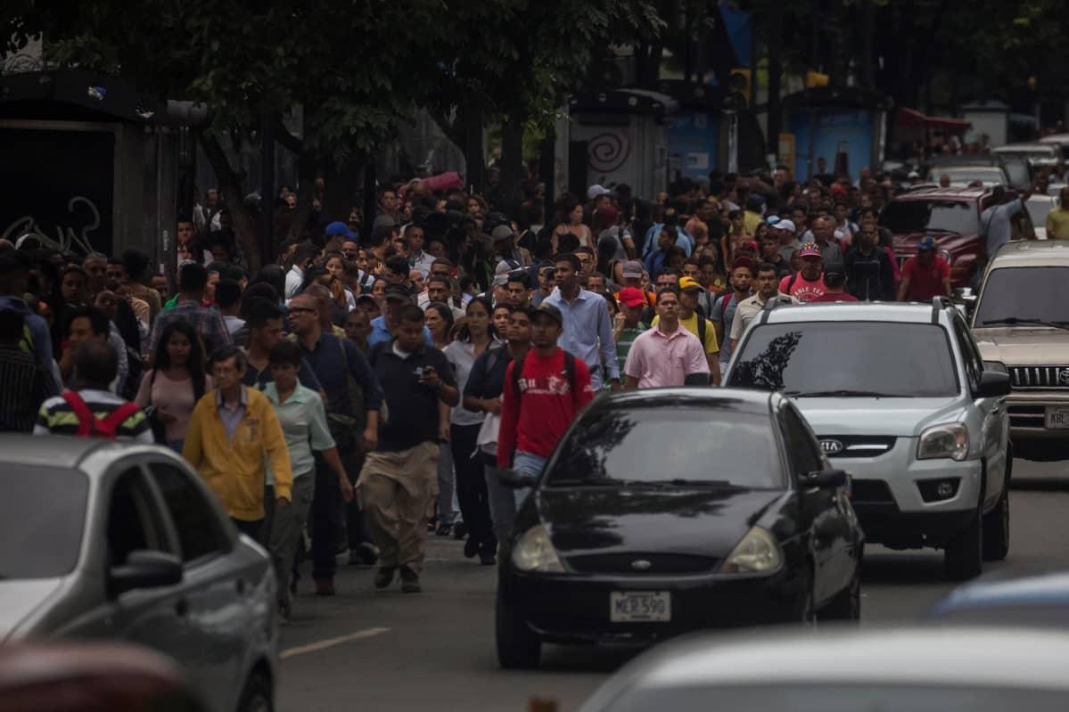 Ihmiset odottivat tai kävelivät kaduilla, sillä metro ei toiminut Caracasissa 22. heinäkuuta.