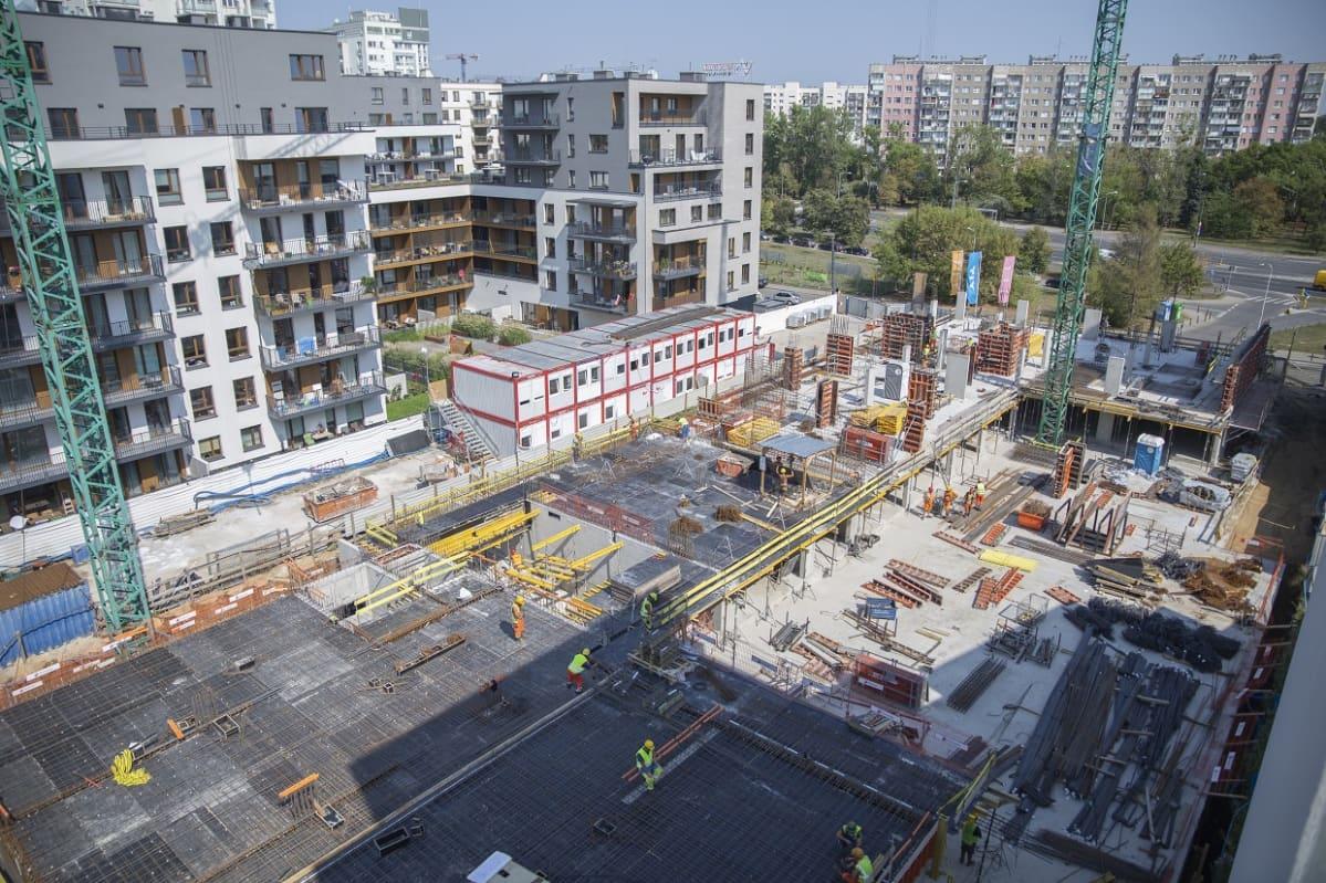 Rakennustyömiehistä on huutava pula Puolassa. Tähän varsovalaiseen lähiöön valmistuu YIT:n suunnittelemia asuintaloja.
