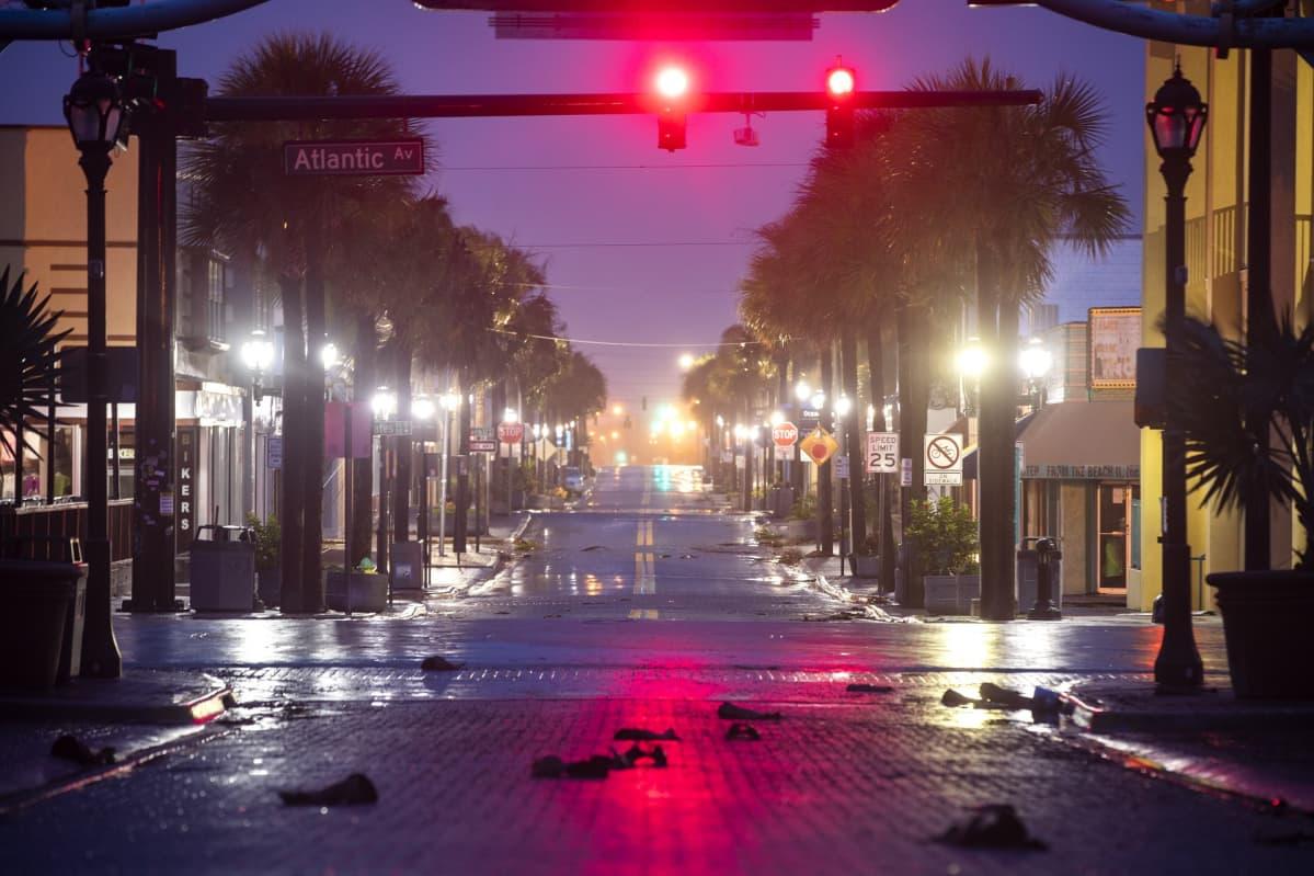 Öinen katunäkymä Daytona Beachista.
