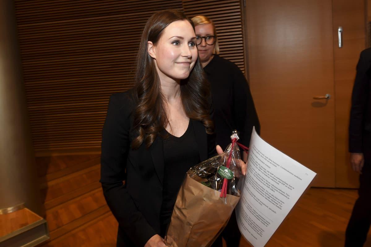 SDP:n pääministeriehdokkaaksi valittu Sanna Marin kukkakimpun kanssa valinnan jälkeen SDP:n puoluevaltuuston kokouksessa Helsingissä 8. joulukuuta 2019.