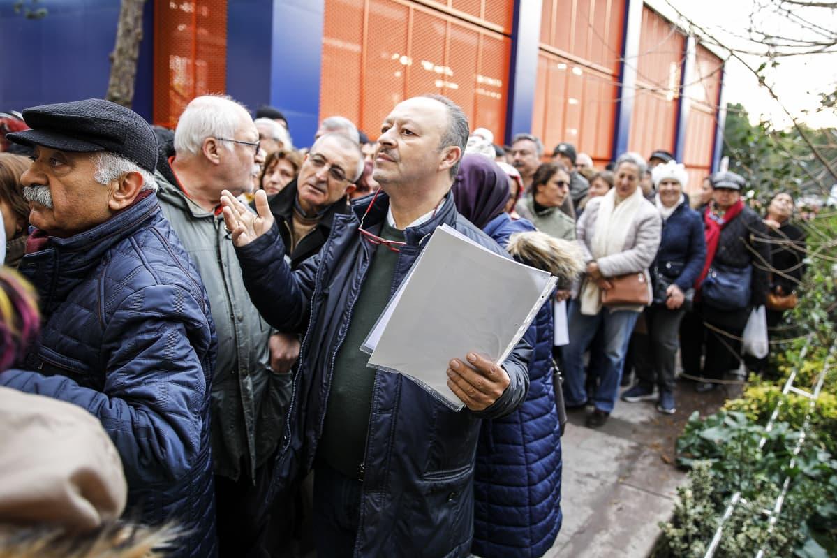 Väkijoukko ministeriön ulkopuolella.