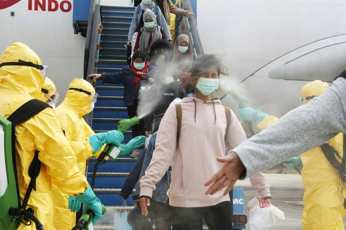 Wuhanista evakuoituja indonesialaisia opiskelijoita desinfioitiin Batamin lentokentällä Indonesiassa 2. helmikuuta.