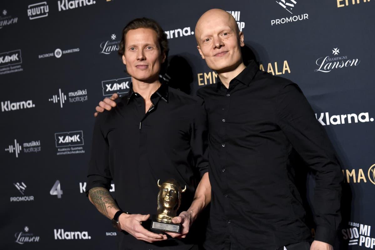 Alexi Tuomarila Trion Alexi Tuomarila (vas.) ja Olavi Louhivuori vastaanottivat Vuoden jazz -Emman.